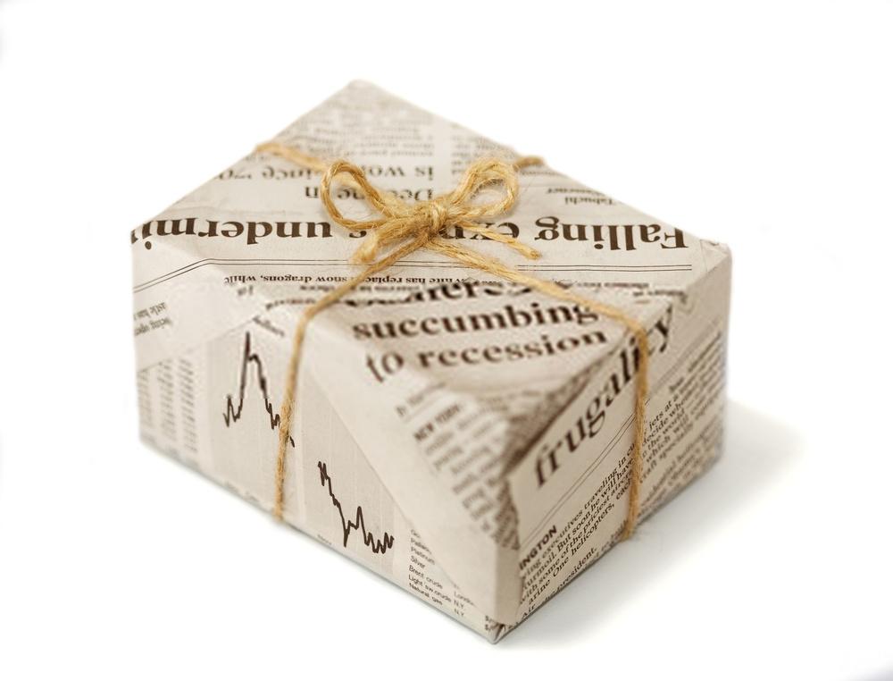 pacco regalo con carta giornale